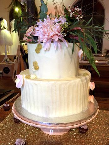 Wunderschöne Hochzeitstorte mit Blumendekoration