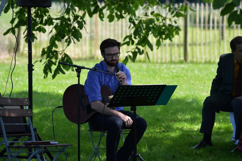 Freie Trauung im Freien mit Gitarrenbegleitung und Traurednern von Strauß & Fliege