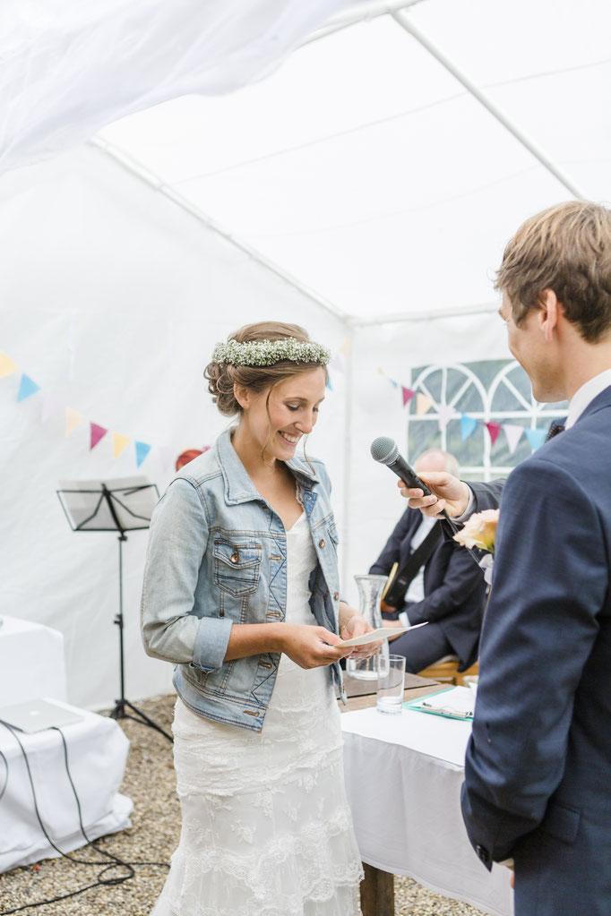 Braut und Bräutigam geben sich ihre Eheversprechen während der freien Trauung