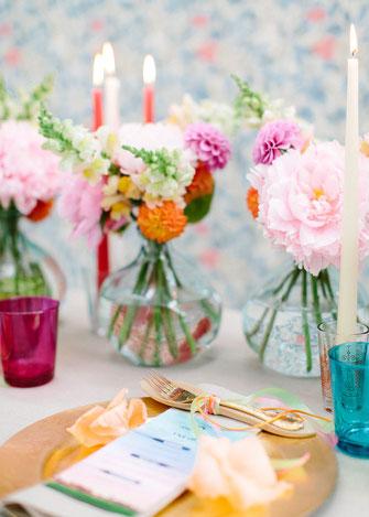 Wunderschöne Hochzeitsdekoration bei Freier Trauung mit Strauß & Fliege