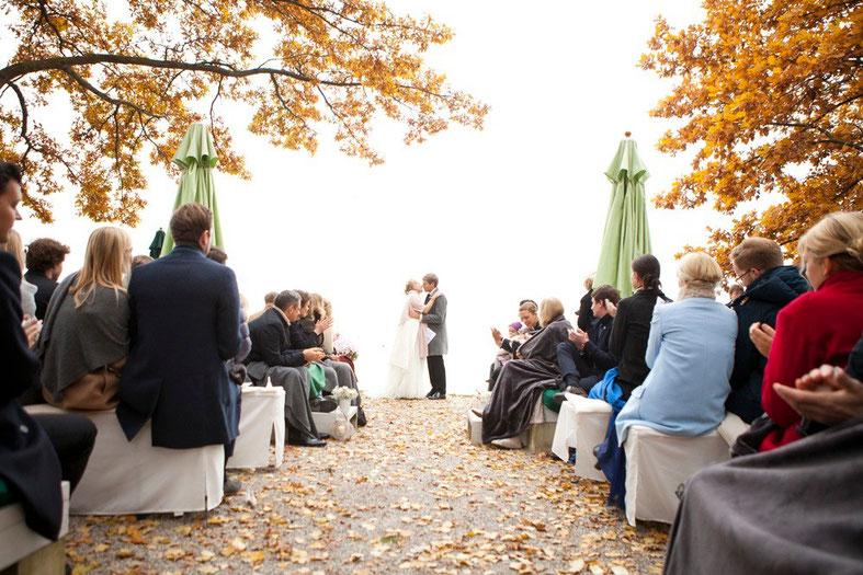 Herbsthochzeit am Chiemsee mit Hochzeitsrednern von Strauß & Fliege