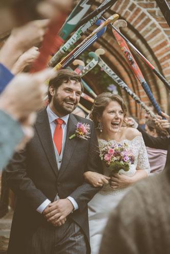 Strahlendes Brautpaar beim Auszug