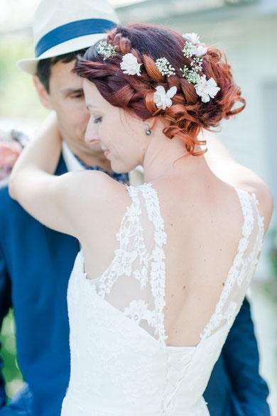 Brautkleid mit Trägern aus Spitze und offenem Rücken