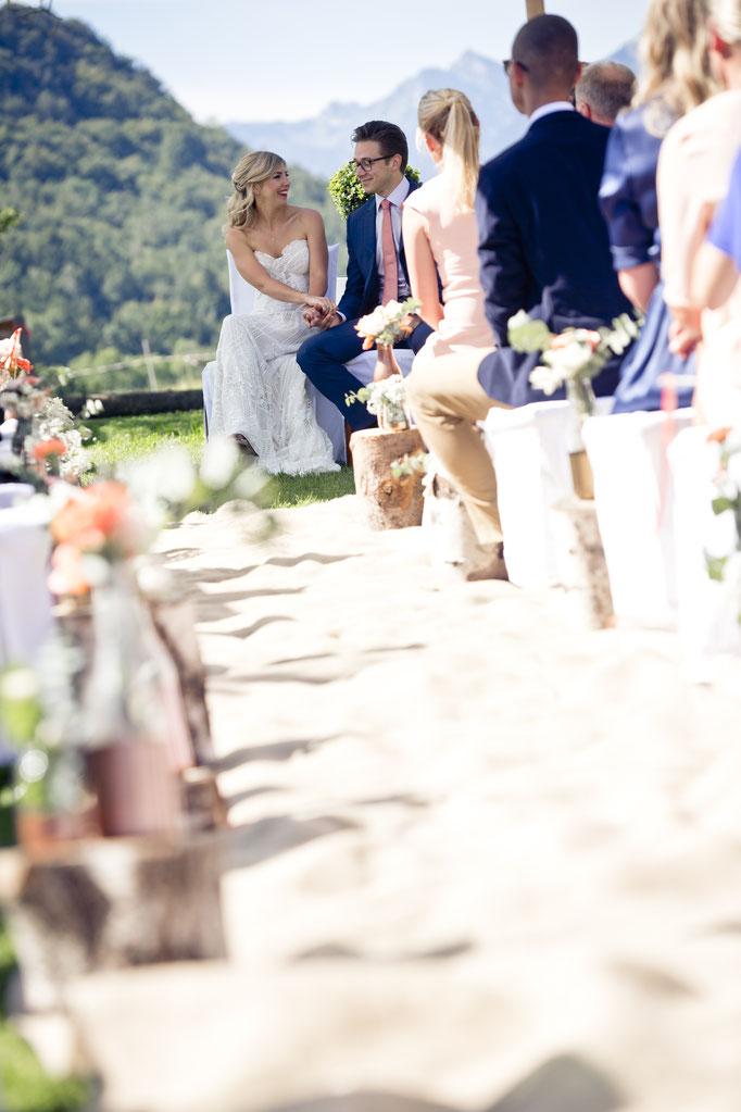 Glücklich strahlende Braut und Bräutigam während der freien Trauung
