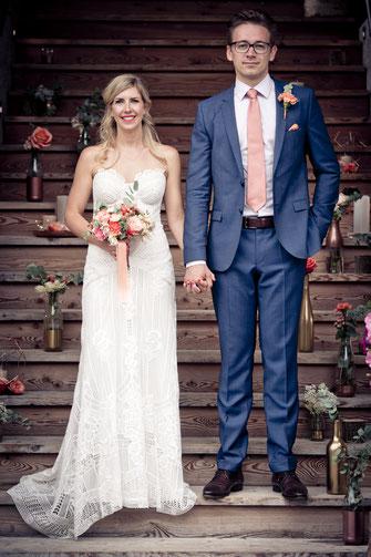 Braut und Bräutigam vor wunderschön dekorierter Treppe