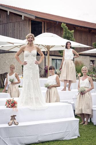 Braut und ihre Brautjungfern stehen auf den Tischen