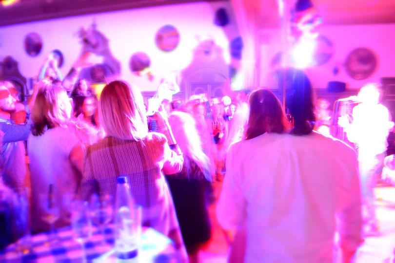 Ausgelassene Partystimmung bei dem Hochzeitsspiel Memory