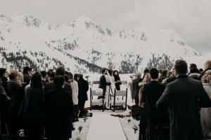 Traumhafte Zeremonie bei einer Winterhochzeit in den Bergen