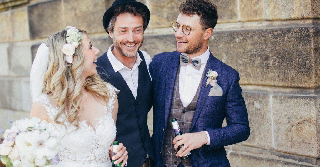 Trauredner Strauß & Fliege in Sachsen mit glücklichem Brautpaar, Freie Trauung Dresden, Freie Trauung Strauß & Fliege