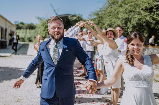 Freie Trauungen mit Hochzeitsredner von Strauß & Fliege im Freien