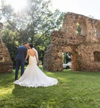 Brautpaar vor antiker Ruine