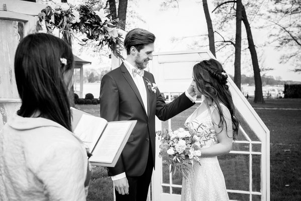 Kleine Hochzeit zu zweit auf einer Wiese mit persönlicher Traurede