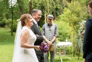 Freie Trauung unter freiem Himmel mit Hochzeitsredner von Strauß & Fliege
