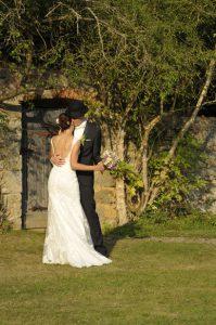 Brautpaar tanzt für sich alleine auf einer Wiese