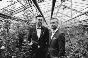 Ehe für Alle: Queeres Paar traut sich mit Strauß & Fliege Hochzeitsrednern