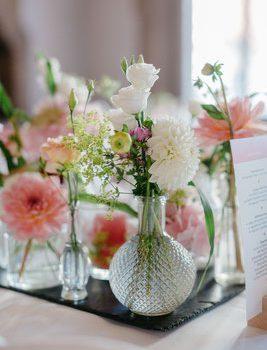 Blumendekoration für die Hochzeit und freie Trauung mit Strauß & Fliege
