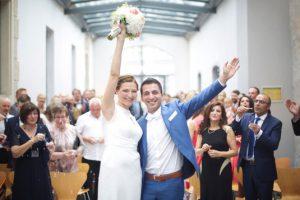 Glückliches Brautpaar nach freier Trauung