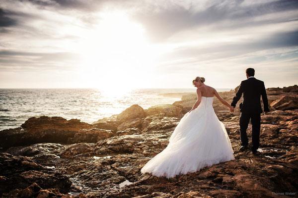 Brautpaar am Meer bei Sonnenuntergang
