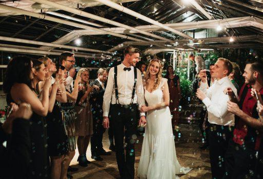 Freie Trauung rechtskräftig, glückliches Ehepaar, Seifenblasen