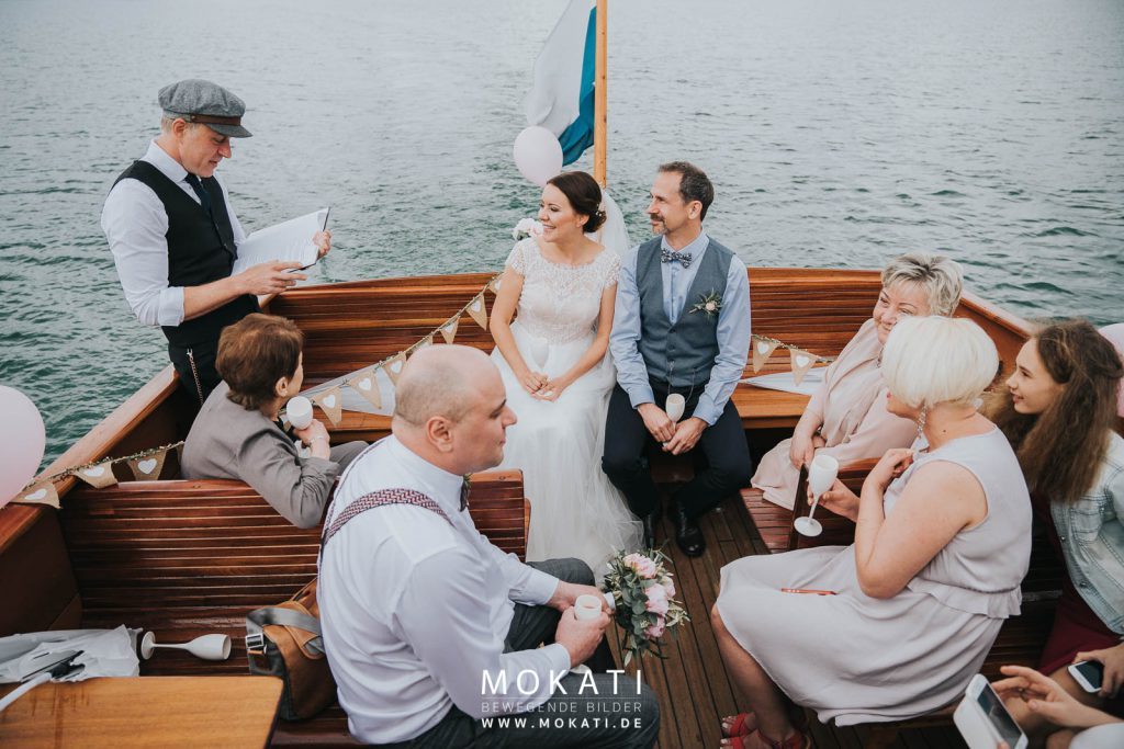 Freie Trauung im Boot, Hochzeit auf einem See, Trauredner Strauß & Fliege, Freie Trauung München, Freie Trauung Strauß & Fliege