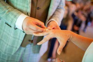 Ringtausch bei einer freien Trauung mit Strauß & Fliege Hochzeitsrednern