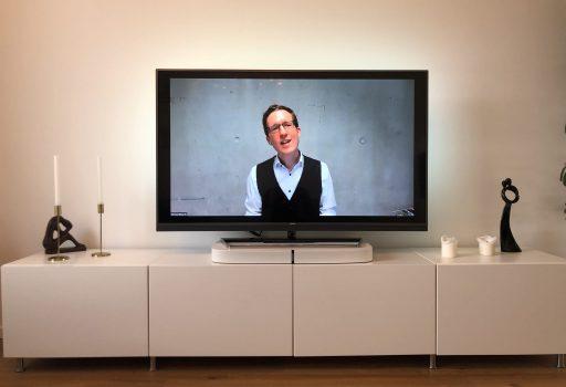 Strauß & Fliege Trauredner Morten begleitet eine Trauzeremonie virtuell