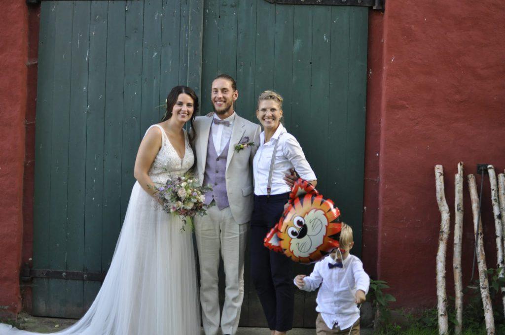 Brautpaar mit Traurednerin Carolin Wett nach der Trauzeremonie
