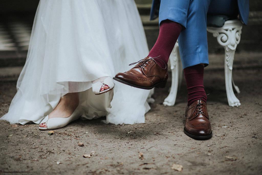 Füße eines Brautpaars während der Trauzeremonie