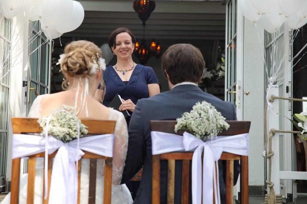 Traurednerin Anna Fasciani bei einer freien Hochzeitszeremonie