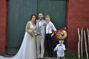 Traurednerin Carolin Wett mit glücklichem Brautpaar nach der freien Hochzeitszeremonie