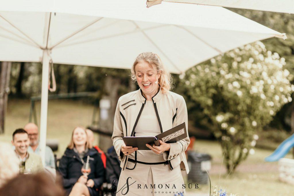 Hochzeitsrednerin Elna Lindgens bei einer freien Trauung im Freien