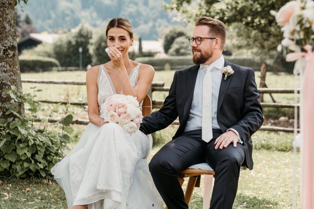Zu Tränen gerührtes Paar bei einer freien Trauung von Strauß & Fliege