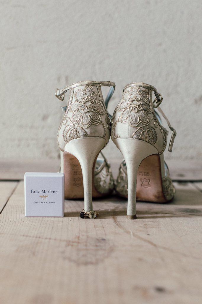 Herrlich verzierte Schuhe für die Braut