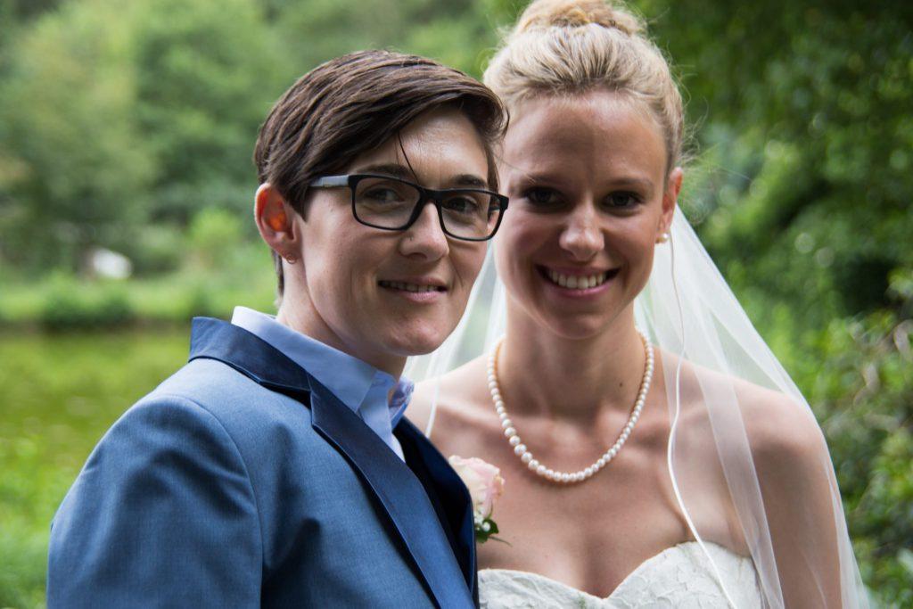 Braut und Braut nach der queeren Hochzeit - Ehe für Alle