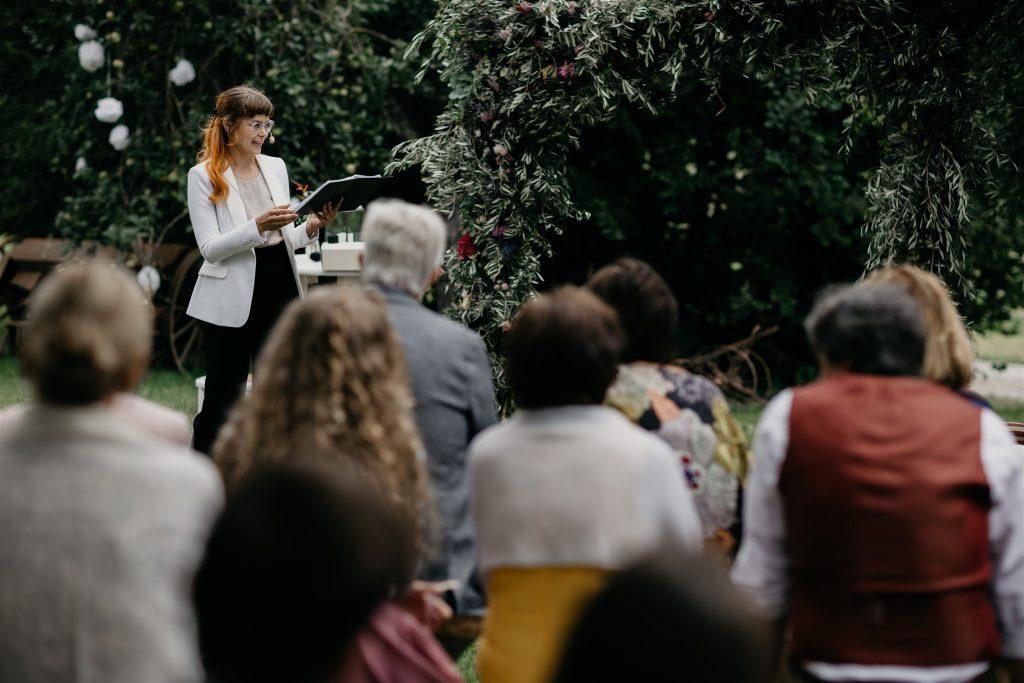 Traurednerin Veronika hält eine emotionale Hochzeitsrede