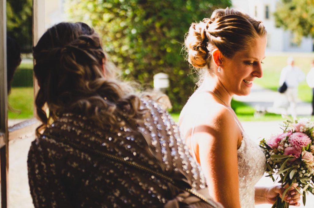 Letzte Vorbereitung bei einer Braut vor dem Einzug