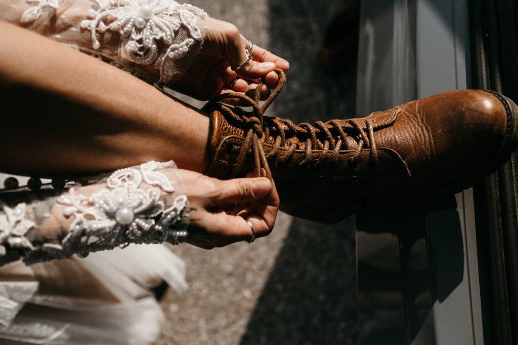 Die Braut trägt Wanderschuhe für die Elopement Hochzeit in den Bergen