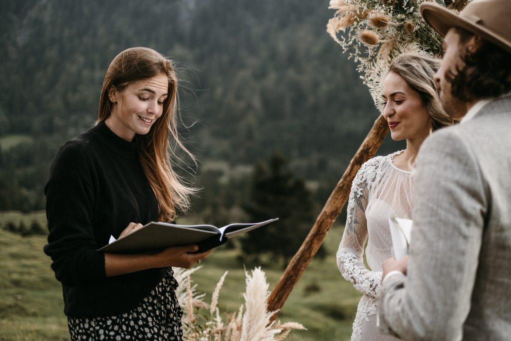 Hochzeit zu zweit: Traurede bei einer Elopement Hochzeit in den Alpen