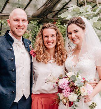 Glückliches Brautpaar mit Traurednerin Carolin Imgrund