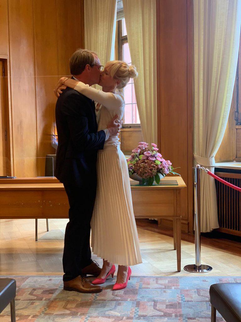 Glückliches Paar küsst sich nach dem Ja-Wort auf dem Standesamt
