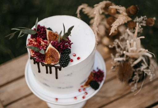 Wunderschöne moderne Hochzeitstorte mit Früchten