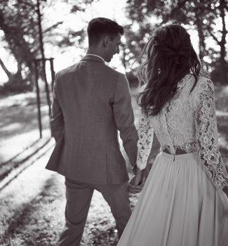 Brautpaar beim Spaziergang von hinten