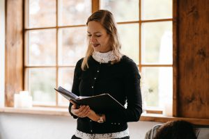 Traurednerin Bettina Koch hält eine emotionale Hochzeitsrede