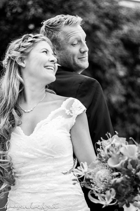 Brautpaar Rücken an Rücken in schwarzweiss