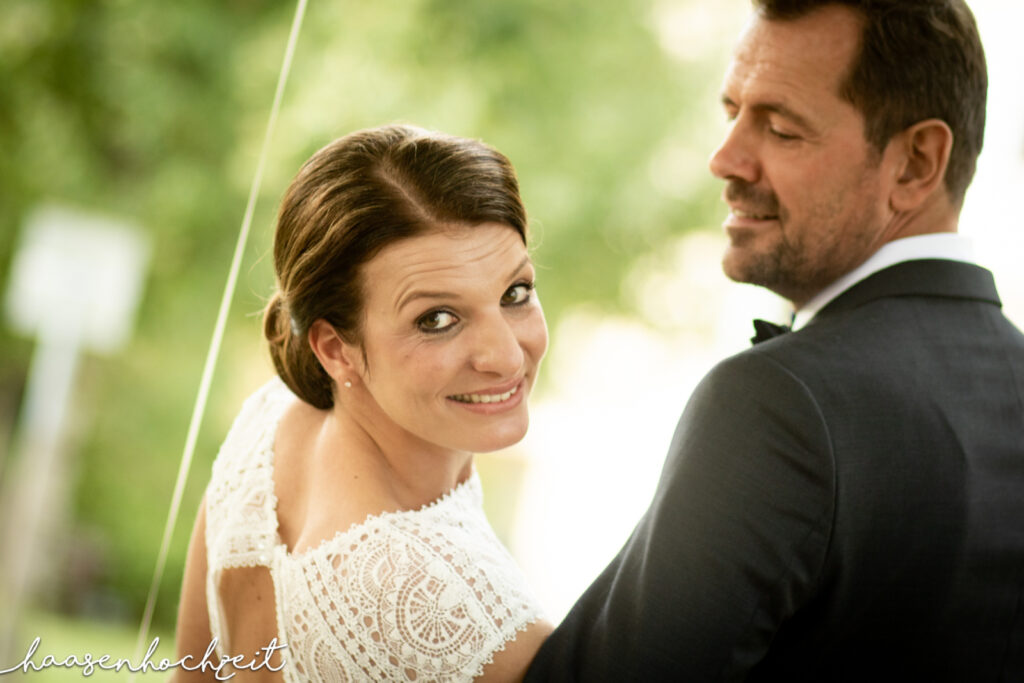 Glückliches Brautpaar nach der freien Trauung