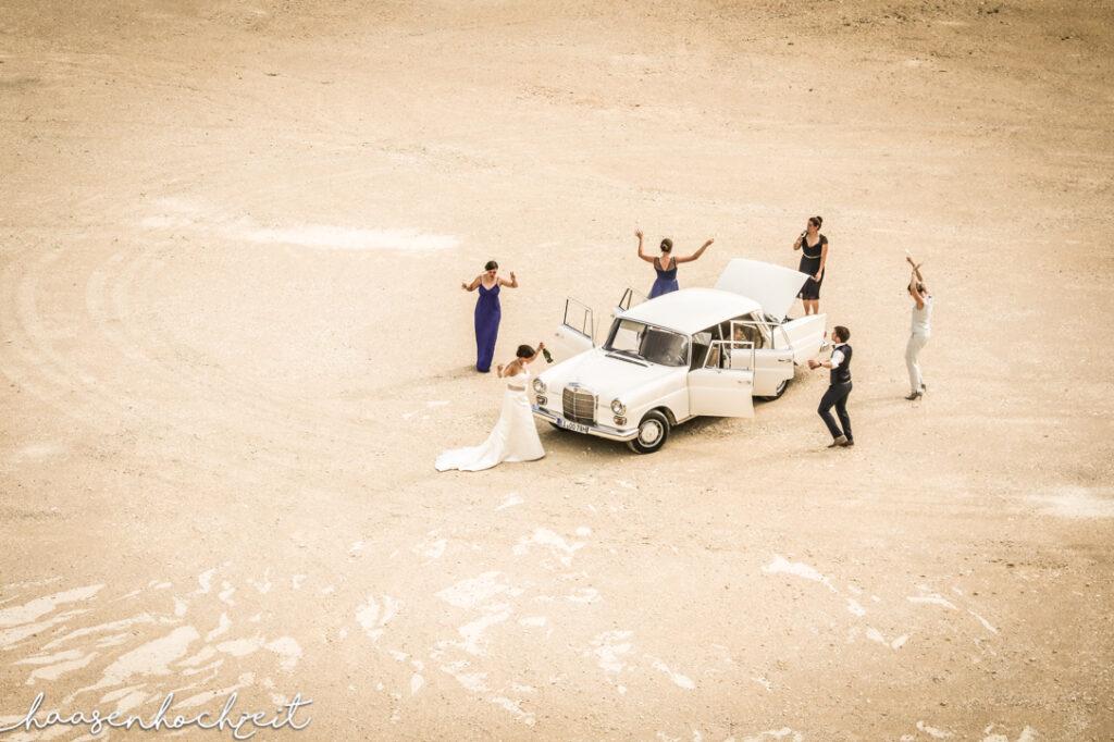 Mercedes Oldtimer als Brautauto in der Wüste