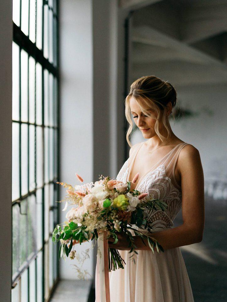 Boho Brautkleid und Blumenstrauß