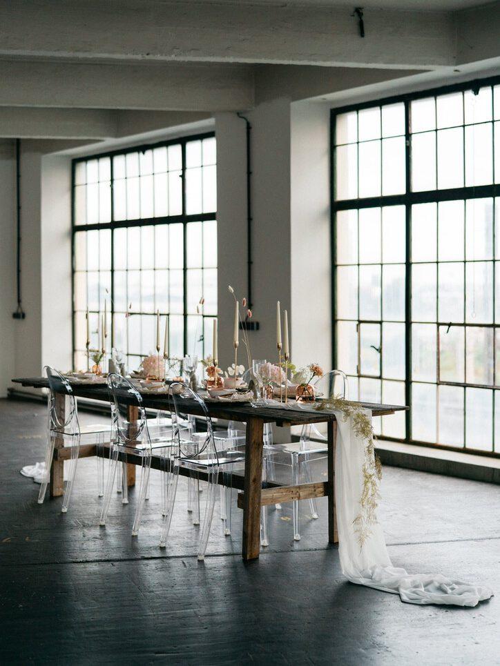 Wunderschön dekorierter Hochzeitstisch in den Brick Loft Studios in Wien