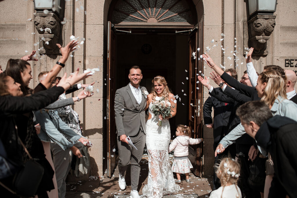 Brautpaar beim Auszug nach der Trauzeremonie