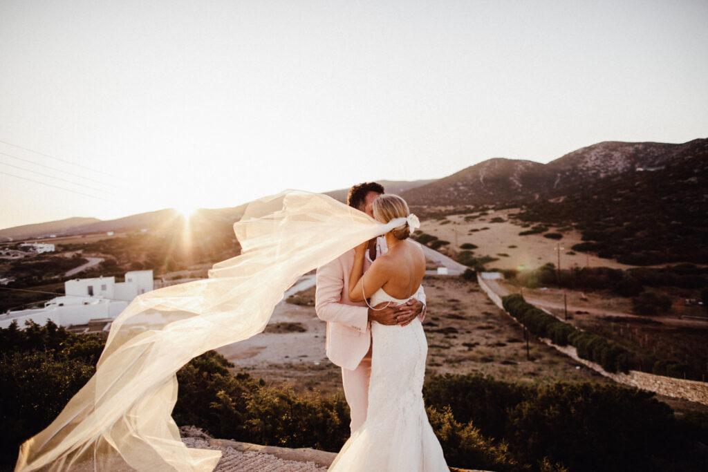 Schleier der Braut weht im Wind